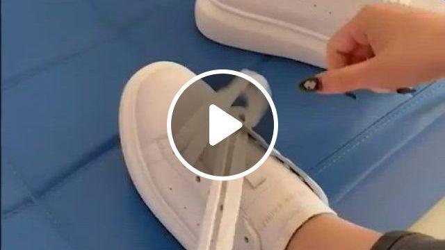 Tie Your Shoes In A New Way - Video & GIFs | zapatillas de moda mujer, cordones de zapatillas, tutoriales de ropa, moda sneakers, sneakers mode, sneakers fashion, fashion shoes, fashion outfits, womens fashion, ways to lace shoes, how to tie shoes, your shoes