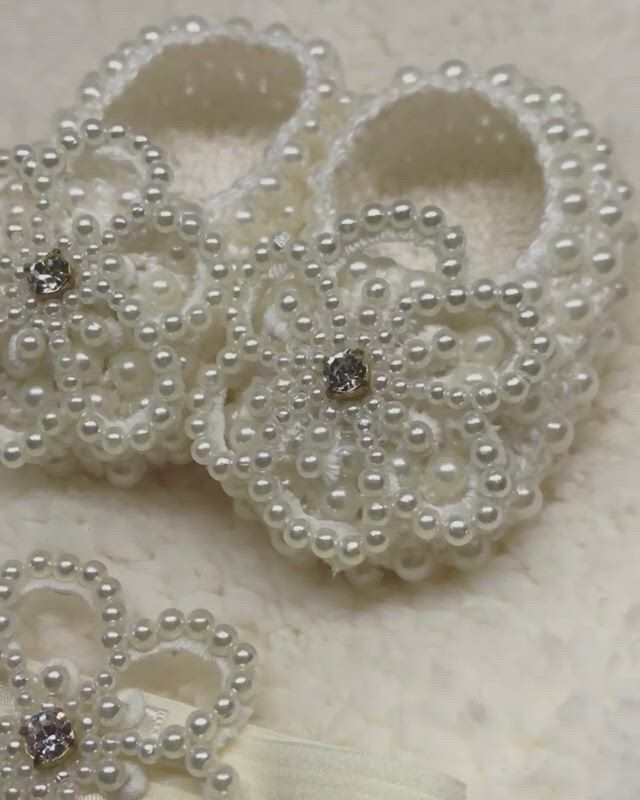 Sapatinhos de bebe lalela vargas - Video & GIFs | baby shop,lace bridal shoes,pearl brooch,handmade items,handmade gifts,embroidered lace,victorian fashion,crystal rhinestone,kid outfits