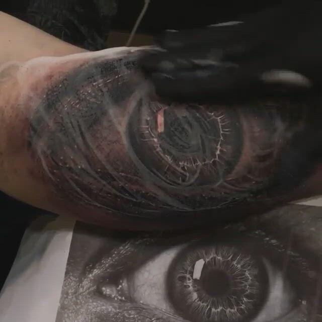 Realistisches Augen Tattoo Black and Grey von David Taute aus Dresden - Video & GIFs | tatuagens,tatoo,dresden,shoulder tattoos for women,all about eyes,black and grey tattoos,tatoos,my style,david,ideas,sugar art