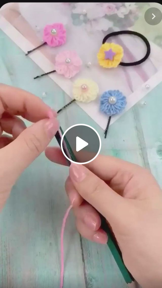 Como Fazer Florzinha De Barbante - Video & GIFs   flores de tecido feitas a mao, artesanato rosa, ideias para artesanato, hand embroidery patterns flowers, simple embroidery, hand embroidery designs, diy crafts hacks, diy crafts for gifts, yarn crafts, fabric crafts, crochet crafts, creative crafts