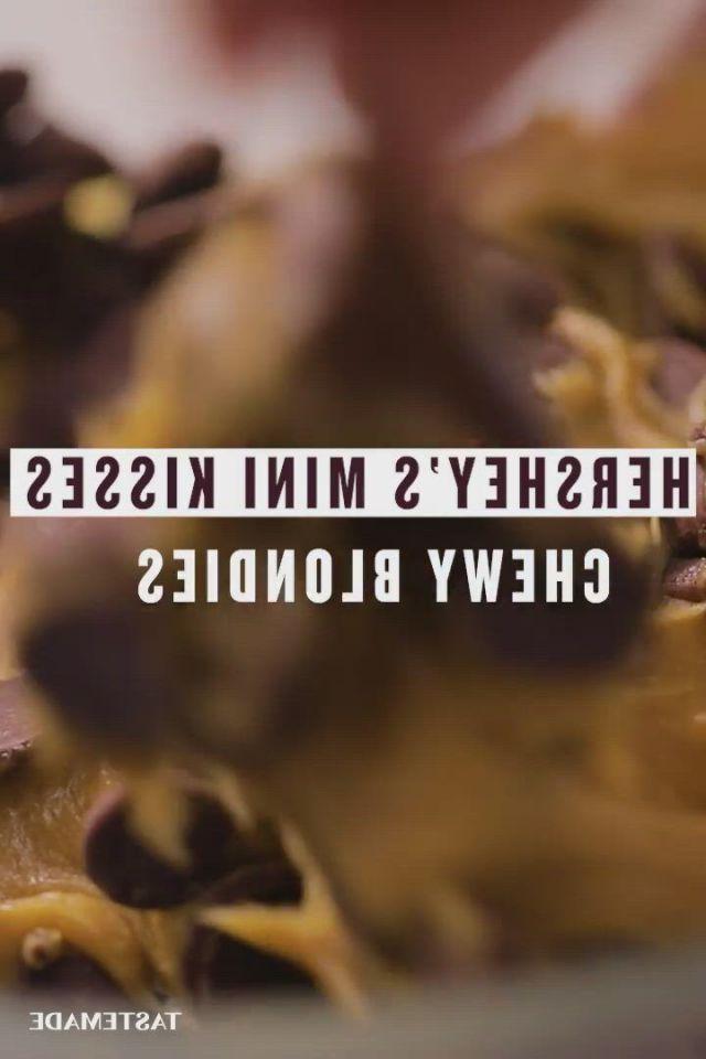 Easy chocolate chip blondies - Video & GIFs | yummy food dessert,homemade recipes dessert,fun baking recipes,sweet recipes,dessert recipes,cooking recipes,just desserts,delicious desserts,yummy food,chocolate chip blondies,holiday baking